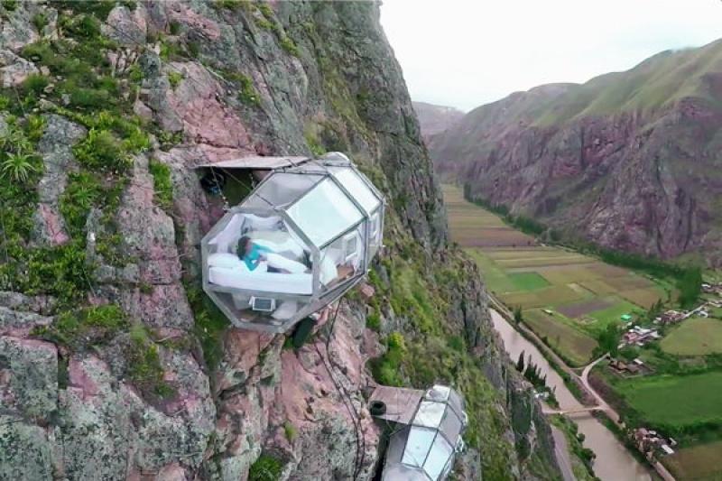 Des nacelles collées à la montagne sacrée au Pérou