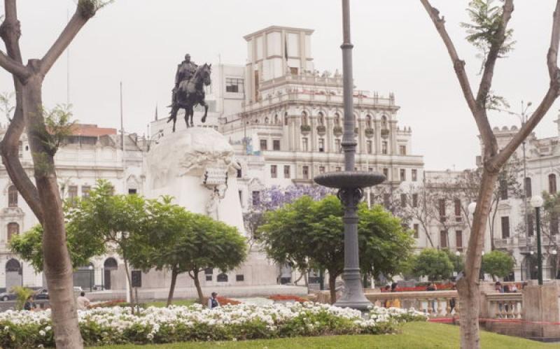 Sur la place de la Mairie à Lima