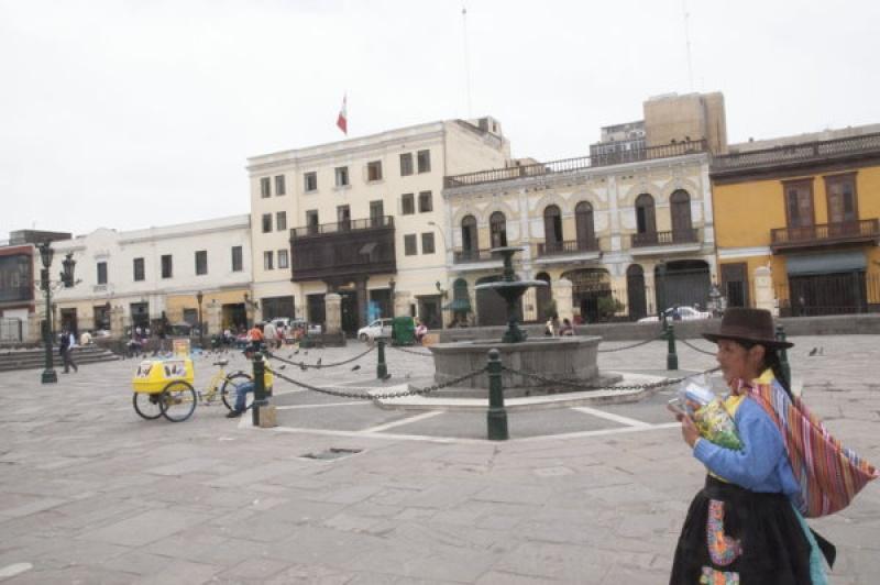 Sur la place de la cathédrale de Lima