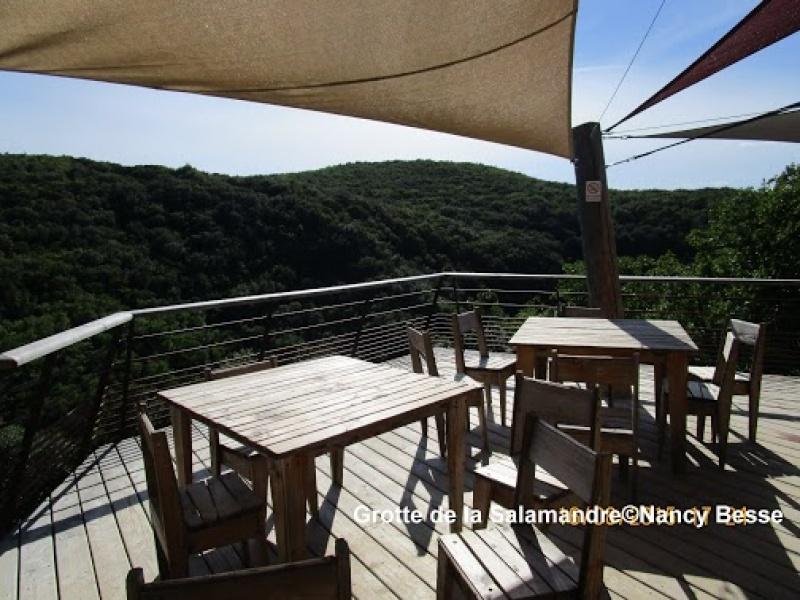 Terrasse pour profiter du site naturel de la Grotte de la Salamandre