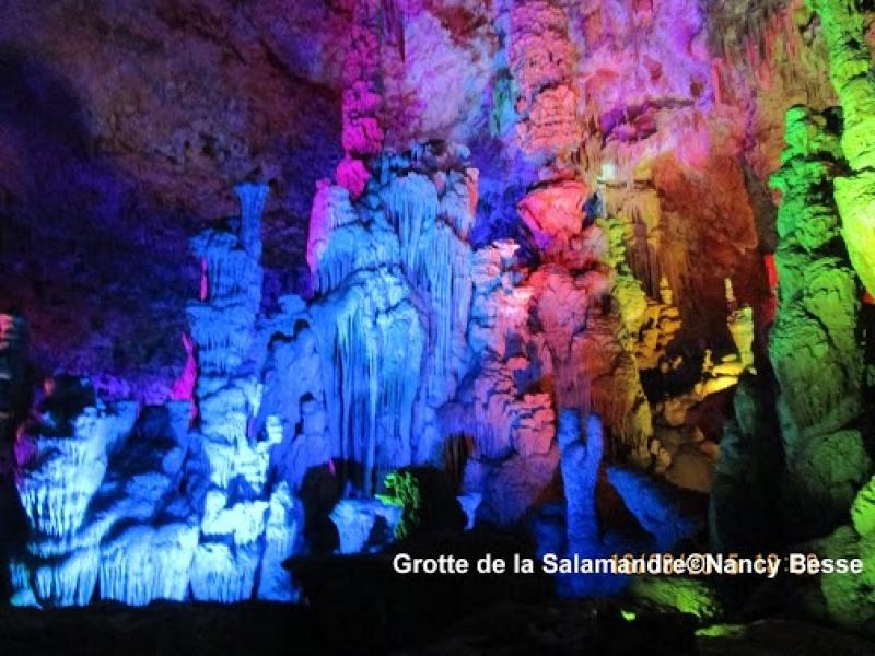 Jeux de lumière pour admirer la grotte de la Salamandre