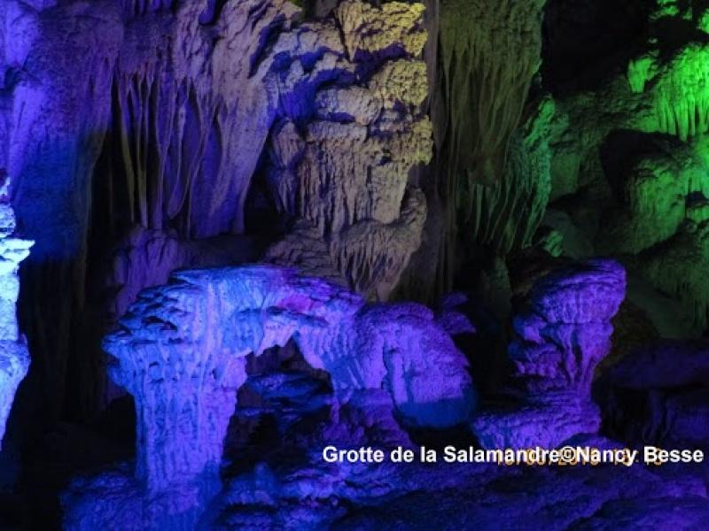 Les éclairages mettent en relief la grotte de la Salamandre