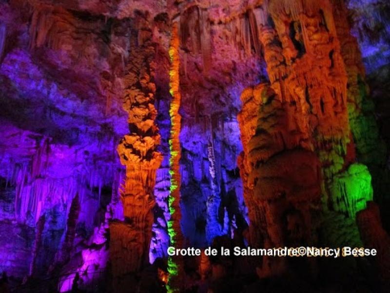 Avancer et admirer la grotte de la Salamandre
