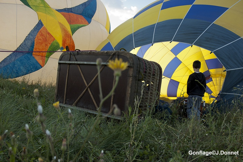 Gonfler la montgolfière avant de survoler le Gard