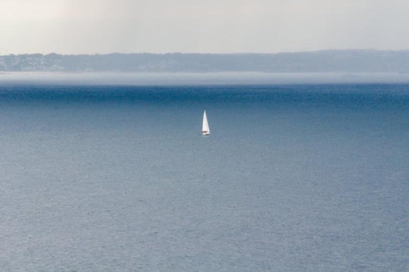 Un voilier perdu dans l'océan au Cap Frehel en Bretagne